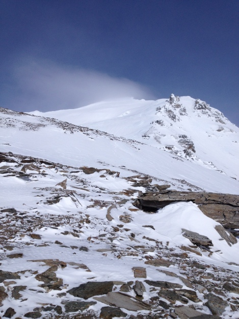 The route ahead: fairly straightforward, go up the ridge and hang left to the summit